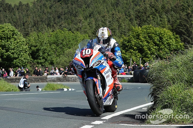 Isle of Man TT: Hickman domineert Superstock-race