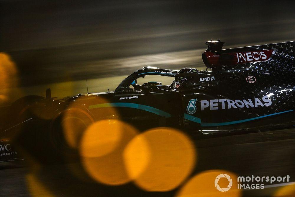 Hamilton si... carica mentre la Ferrari si perde