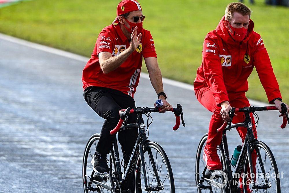 """Vettel: """"Sono felice di continuare a... nuotare"""""""