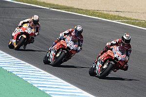 Queda tripla incendeia MotoGP e Alonso vive dia de glória