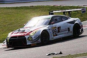 富士24時間チェッカー。ライバルのトラブルを尻目に、99号車GT-Rが優勝