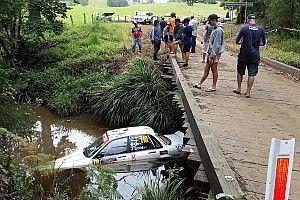 Brutto incidente al Rally d'Australia: un equipaggio finisce nel fiume!