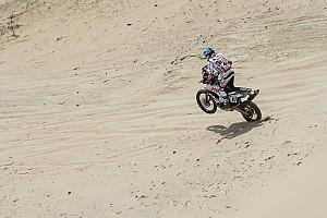 Дакар Самое интересное Первые травмы «Дакара»: мотоциклист неудачно прыгнул с дюны