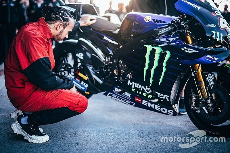¿Se cayó con la Yamaha o no? Hamilton juega al despiste