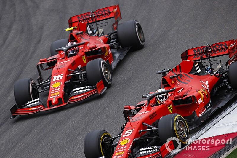 Videón, ahogy a Ferrari kiadja a bizonyos utasítást Leclercnek a Kínai Nagydíjon