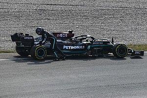 Videón, ahogy Lewis Hamilton megáll a pálya szélén a holland FP2-n