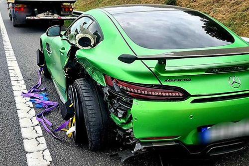 67 millió forintos Mercedes tört rommá egy ráfutásos balesetben