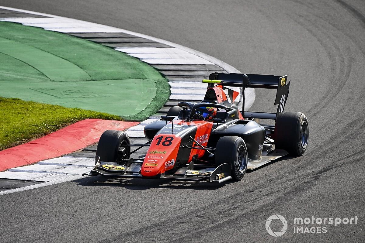 Вискал вырвал дебютную победу на последнем круге гонки Ф3 в Сильверстоуне