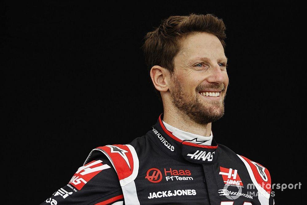 Grosjean már nem bírja tovább, az F1-es szerelésében, sisakban szimulátorozik