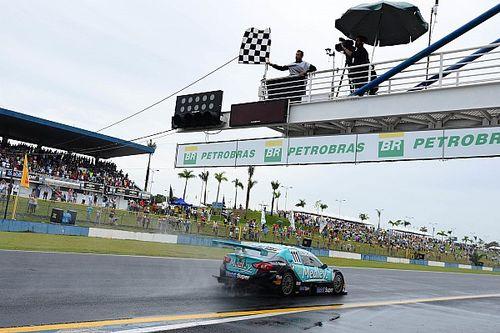 Sem limpador, Barrichello supera chuva e vence em Goiânia