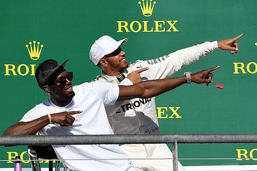 Fotoğrafın ardındaki hikaye: Hamilton 'Şimşek Bolt' hareketini yapıyor