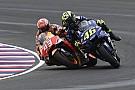 Caliente cruce entre Rossi y Márquez en la reunión de seguridad