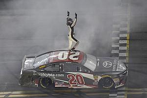 Erik Jones gana una alocada carrera en Daytona