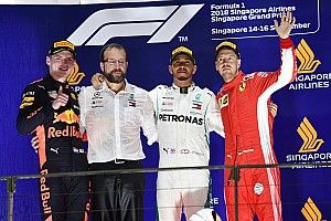 Hamilton boekt dominante zege in Singapore, Verstappen sterk tweede