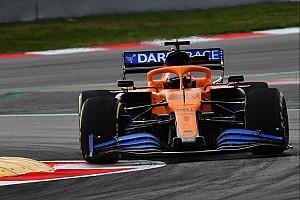 Így kergeti a drón az új F1-es McLarent Barcelonában