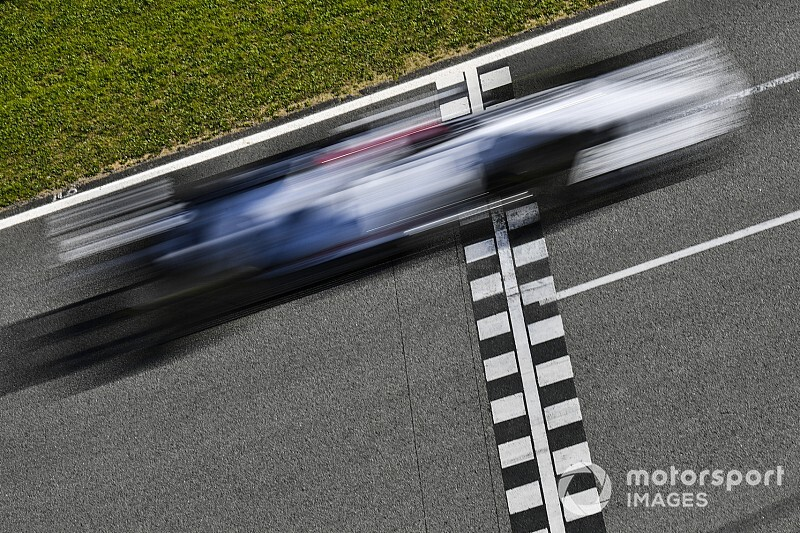 Red Bull может все, а Ferrari не хватает зацепа. Эксперт оценил машины Ф1, стоя на краю трассы