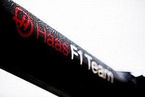 Гонщики Haas надели новую форму. Кажется, у машины точно будет черно-золотая ливрея