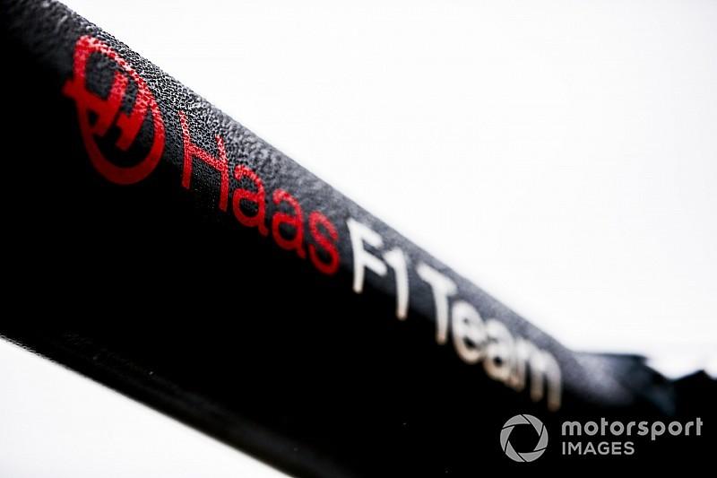 Haas pilotları siyah ve altın rengindeki yeni takım kıyafetlerini giydi