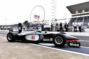 Hakkinen bestuurt McLaren MP4-13 uit 1998 in Suzuka
