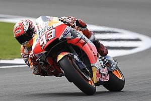 MotoGP, Silverstone, Libere 2: Marquez cade ma è primo, Rossi 17°