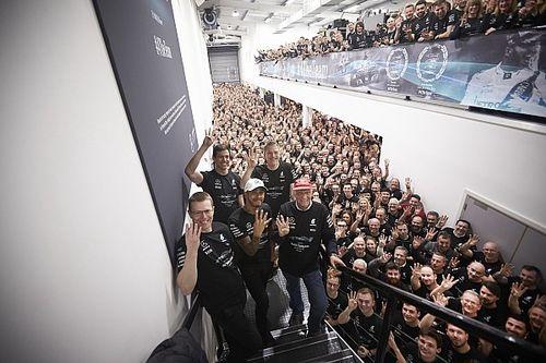 In beeld: Mercedes vormt erehaag voor Lewis Hamilton