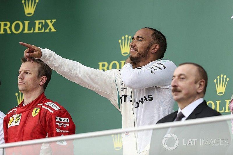 Hamilton llegó tarde al podio de Bakú por ir a animar a Bottas