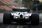 El T-wing del Mercedes W08 amaneció este martes con un doble perfil