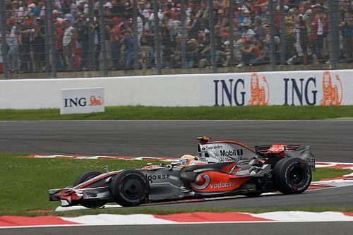 Amikor megbüntették Hamiltont Vettel ellen: videó
