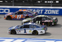Jamie McMurray, Chip Ganassi Racing Chevrolet, Kurt Busch, Stewart-Haas Racing Ford, Denny Hamlin, J