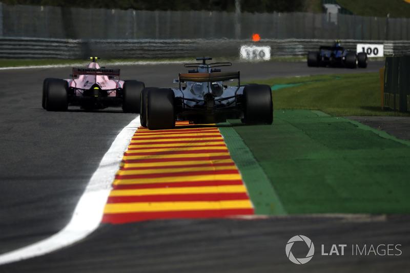 Lewis Hamilton, Mercedes-Benz F1 W08 ed Esteban Ocon, Sahara Force India VJM10