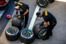 Trabajo de los ingenieros de Pirelli en algunos neumáticos