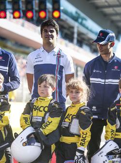Lance Stroll, Williams, Pascal Wehrlein, Sauber, con alcuni piloti junior di Kart
