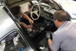 I meccanici sostitiscono il cambio sulla Mercedes 300 SL
