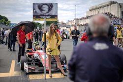 Grid girl, Maximilian Günther, Prema Powerteam Dallara F317 - Mercedes-Benz,