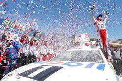Race winner Kevin Harvick, Stewart-Haas Racing Ford