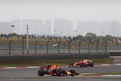 Max Verstappen, Red Bull Racing RB13, voor Sebastian Vettel, Ferrari SF70H