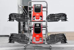 Haas F1 Team VF-17, ali anteriori