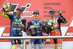 Podium : le deuxième, Valentino Rossi, Yamaha Factory Racing, le vainqueur Maverick Viñales, Yamaha Factory Racing, le troisième, Cal Crutchlow, Team LCR Honda