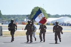 The French armed forces bring the starting flag to the track