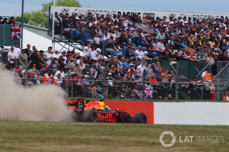 Giro 5 - Daniel Ricciardo, Red Bull Racing RB13, va largo