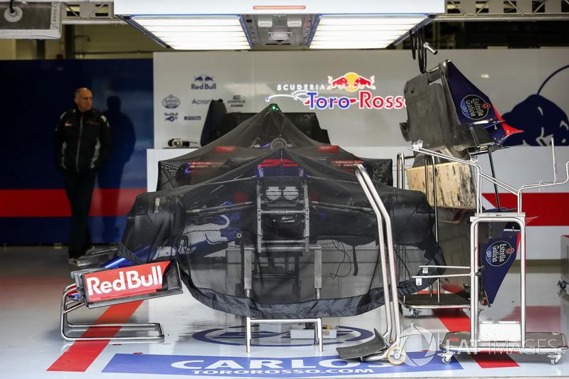 Scuderia Toro Rosso STR12 у гаражі