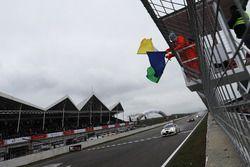Checkered flag for Davit Kajaia, GE-Force, Alfa Romeo Giulietta TCR