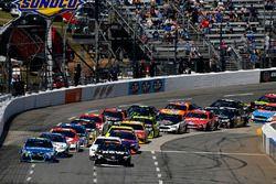 Restart: Martin Truex Jr., Furniture Row Racing Toyota, Denny Hamlin, Joe Gibbs Racing Toyota, Jimmi