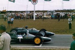 Graham Hill, BRM P57 y Jim Clark, Lotus 25 Climax