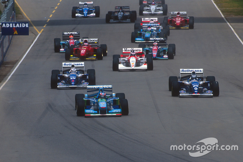 Départ : Michael Schumacher, Benetton B194 Ford delante de Damon Hill y Nigel Mansell, Williams FW16B Renault