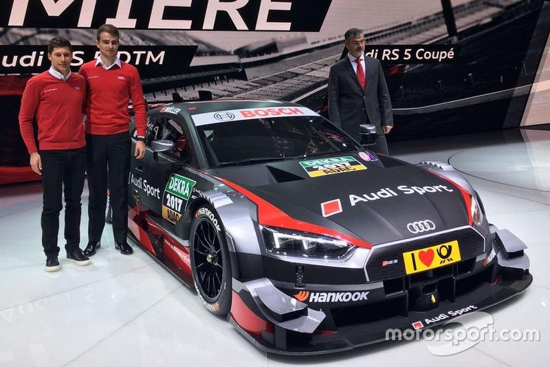 Loic Duval, Nico Müller dan Dieter Gass, Kepala Audi Sport berpose dengan mobil Audi RS 5 DTM 2017