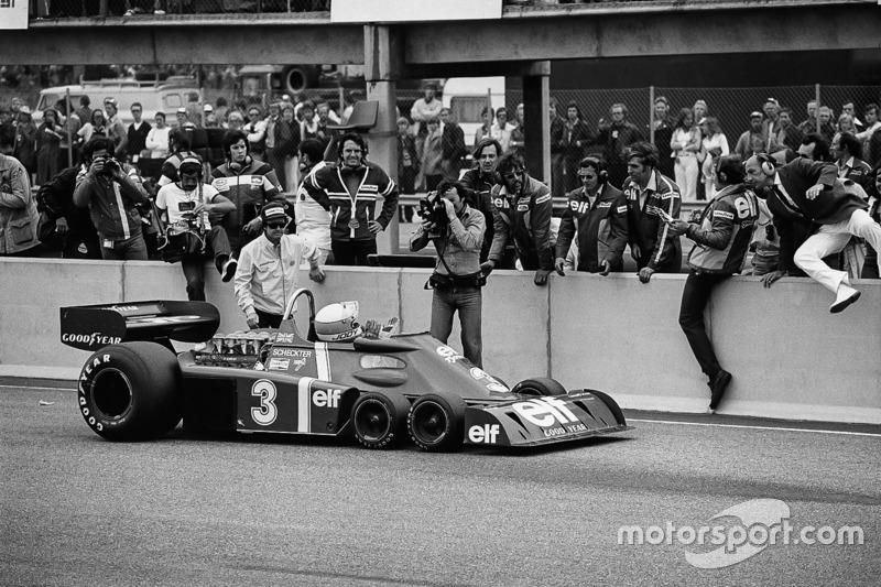 Jody Scheckter, Tyrrell P34-Ford, vainqueur, devant son équipe