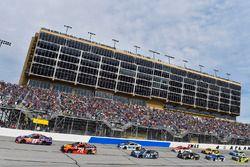 Denny Hamlin, Joe Gibbs Racing Toyota y Martin Truex Jr., Furniture Row Racing Toyota
