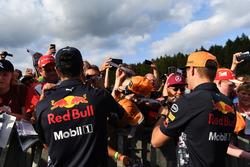 Daniel Ricciardo, Red Bull Racing et Max Verstappen, Red Bull Racing signent des autographes pour les fans