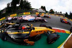 Nico Hulkenberg, Renault Sport F1 Team RS17, en lutte avec Sergio Perez, Sahara Force India F1 VJM10, Esteban Ocon, Sahara Force India F1 VJM10